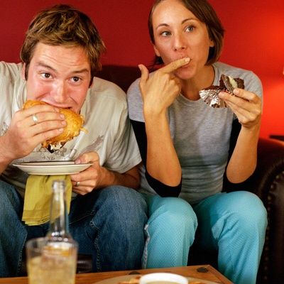 pareja comiendo delante de la TV