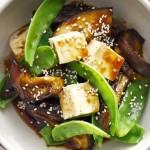 Ensalada de tibia de tofu, berenjena y salsa de soja.